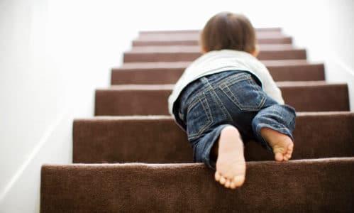 Bebé subiendo las escaleras gateando