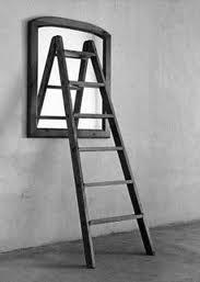 Hacer subir al enemigo al desván y luego quitar la escalera