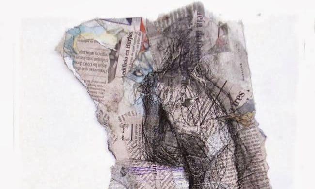 Figura de hombre en recortes de periódico