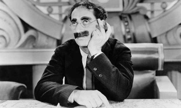 Groucho prestando atención