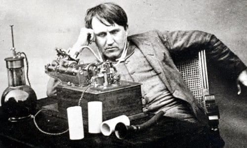 Edison peleando con una bombilla