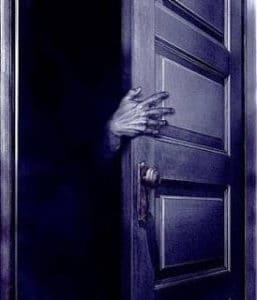 """Abrir la puerta medio dormidos y preguntar """"¿Quién es?"""""""